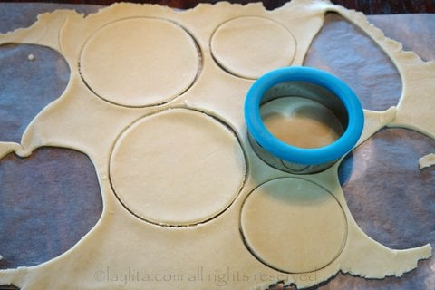 Use a round dough mold to make the empanada discs