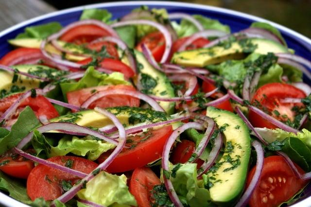 Salade de tomates, avocats, coriandre, citron vert