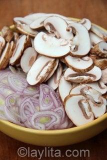 Tranches de champignons et d'échalotes pour les empanadas.