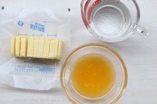 Mantequilla, jugo de naranja, y agua mineral para la masa de empanadas