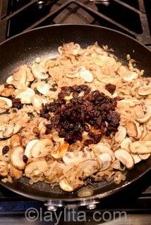 Ajouter les raisins et le vinaigre balsamique.