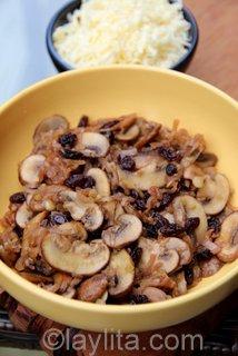 Garniture d'empanadas aux champignons et aux échalotes.