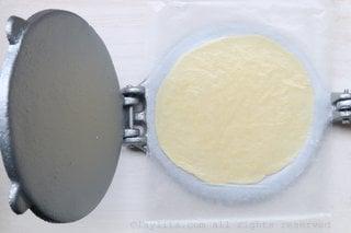 Use una prensa de tortilla para hacer los discos o redondeles de empanadas