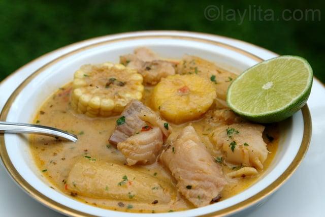 Sopa de peixe tradicional do Equador