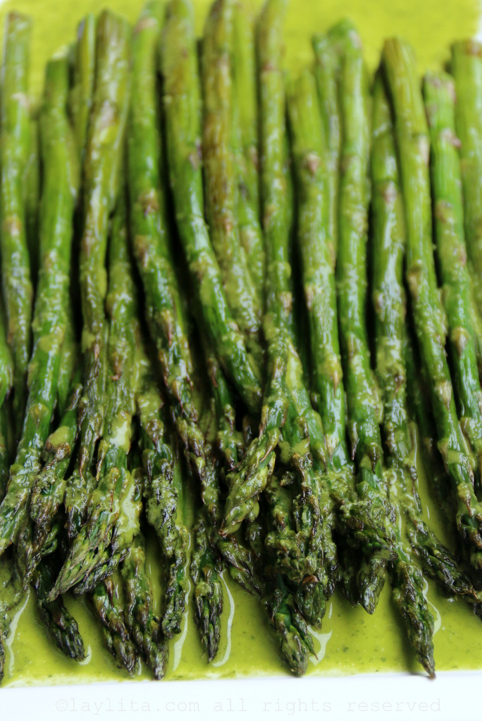 Grilled asparagus with parsley lemon sauce