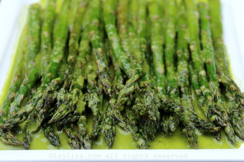 Grilled asparagus with parsley sauce