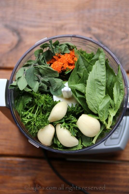 Salsa, alho, manjericão, orégano e chili em pó para o chimichurri