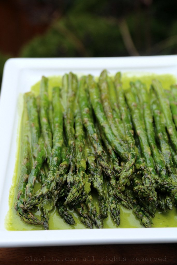 Recipe for grilled asparagus with parsley sauce