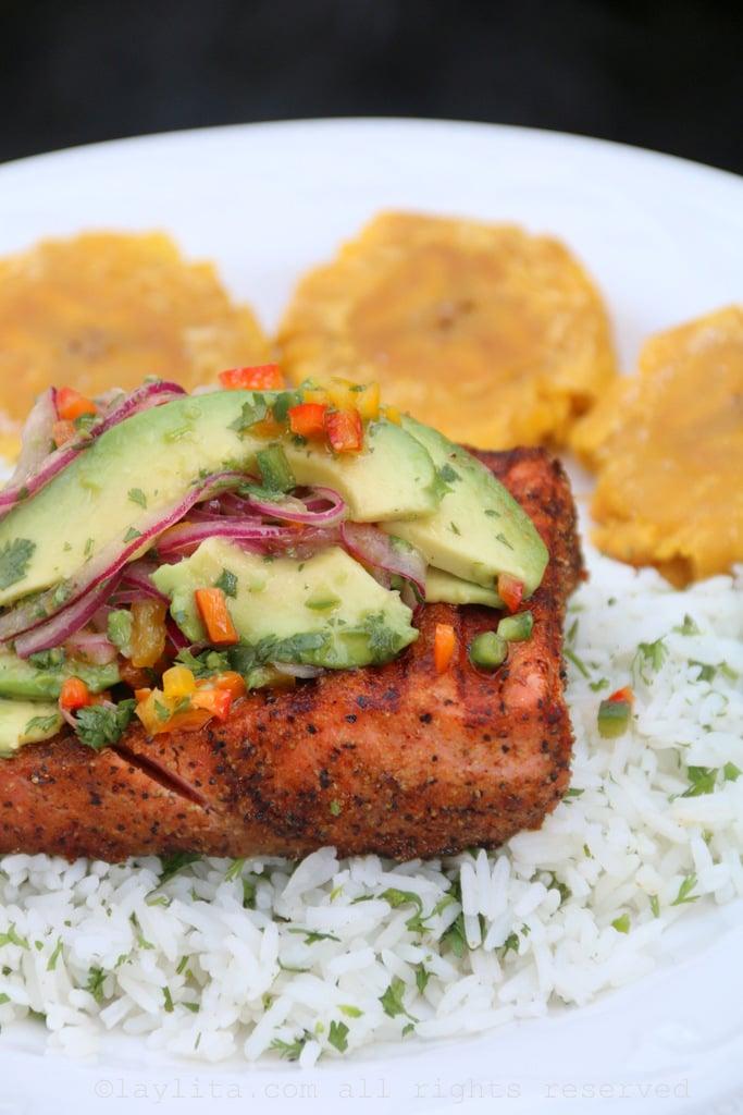 Receita de peixe o salmão grelhado com salsa de abacate