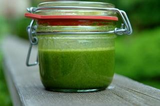 Ponga la mezcla cernida en un envase o frasco (con tapa), agregue el aceite de oliva, y la sal. Se cierra bien el frasco y se lo agita hasta que todo esté bien combinado