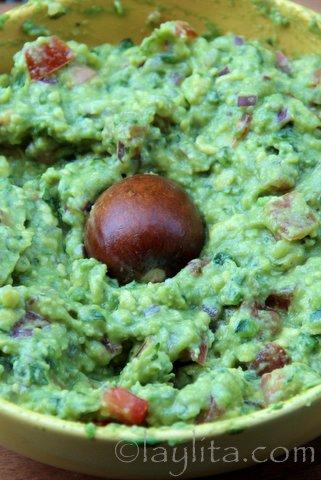Secret pour garder le guacamole vert plus longtemps: laisser le noyau de l'avocat