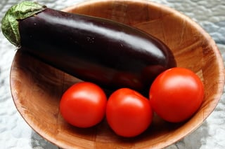 Berinjela e tomates