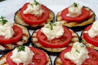 Aperitivo de berinjela e tomate