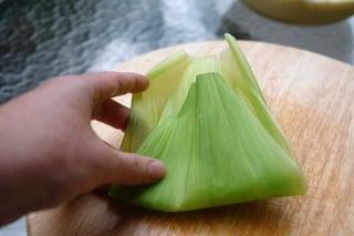 Preparando o pacote de palha de milho