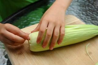 Descascando o milho verde