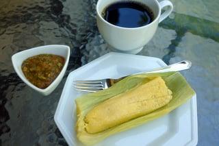Humitas/ Pamohnas com molho picante e café