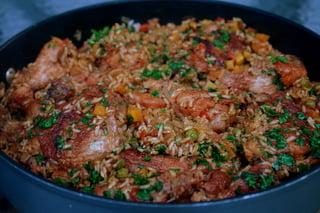 Arroz com pollo fácil e delicioso