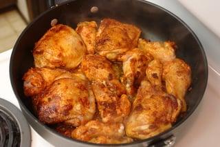 Dourando o frango para o arroz con pollo