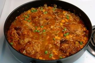 Preparando arroz con pollo (arroz com frango)