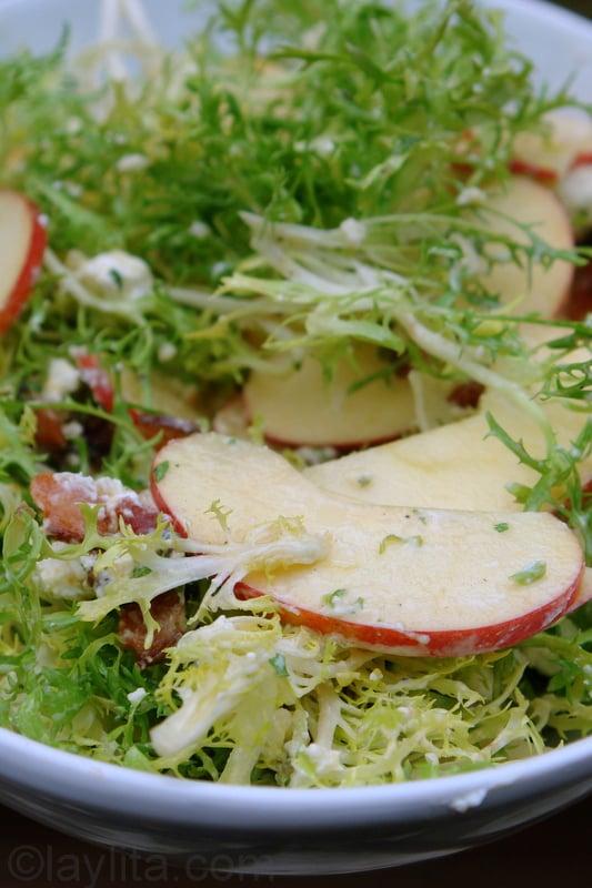 Salada com alface frisée, maçã, bacon e queijo de cabra