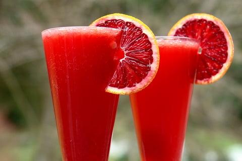 Coctel espumante de naranja roja o sanguina