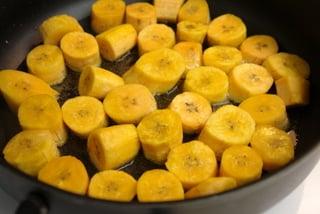 Bolinho frito de banana-da-terra verde recheado com queijo, chouriço ou chicharrones