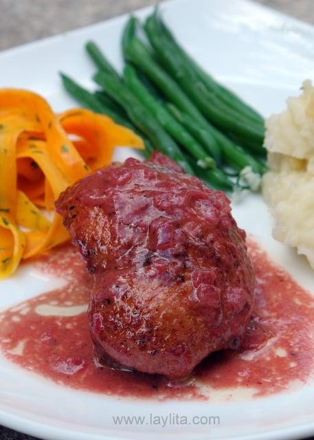 Comment cuisiner un canard en sauce framboise accompagné de légumes.