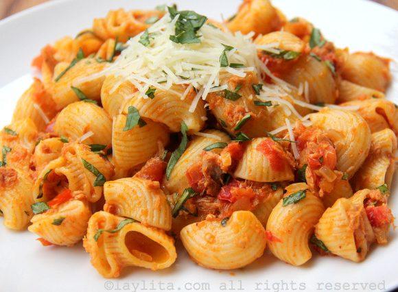 Simple tuna and tomato pasta