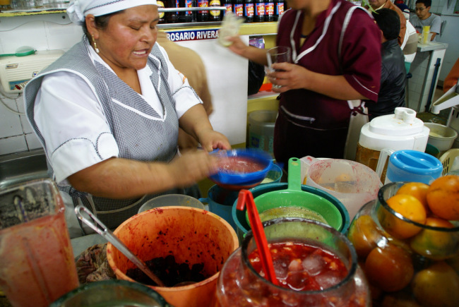 Making juice at the mercado