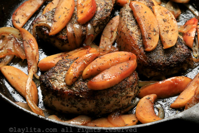 Seared pork chops with apples
