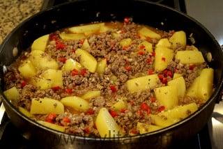 Preparação para picadinho de carne moída