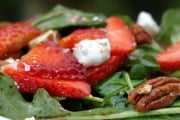 Arugula salad with strawberries and goat cheese