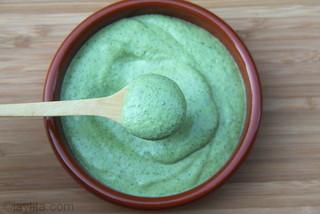 Preparação para patê ou molho de coentro e queijo