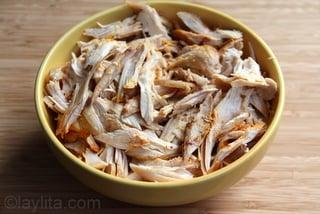 Carne de pollo o pavo desmenuzado para la ensalada