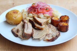 Présentation du plat avec du hominy et des bananes plantain