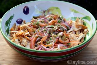 Mezcle las cebollas y tomates con el pollo