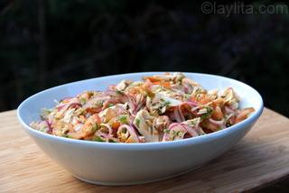 Ensalada de pollo o pavo con cebollas, tomates, y aderezo de cilantro, limon y aceite de oliva