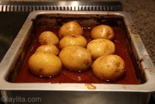 Alternativement enlever le porc une fois cuit et enfourner les patates avec le jus