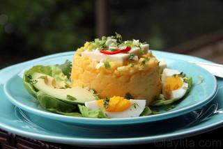 Purée de pommes de terre avec du fromage frais, des avocats et des œufs
