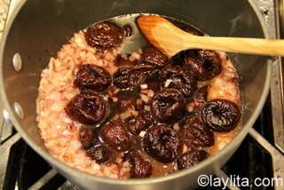 3- Add the soaked prunes, the soaking liquid, balsamic vinegar and a dash of salt