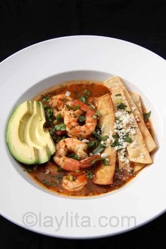 Soupe de crevette avec fromage frais et tortillas