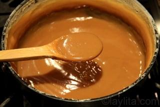 Cuire le dulce de leche jusqu'à obtention d'une crème épaisse de couleur caramel