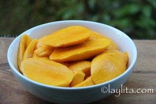 Mango slices to prepare a batido or smoothie