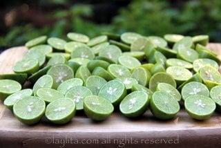 Citrons verts pour le ceviche coupés en tranches