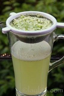Coe a limonada e adicione um pouco mais de água através da peneira