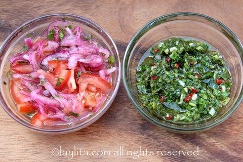 Coberturas para o choripan: molho chimichurri e curtido de tomate e cebola