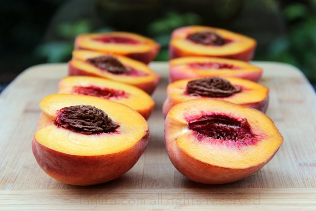 Peach halves to prepare bellinis