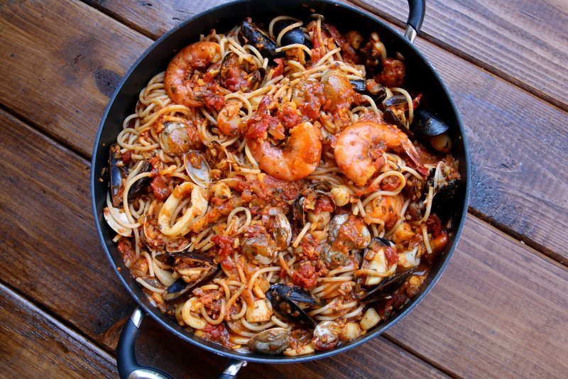 Mix the seafood sauce with the cooked spaghetti
