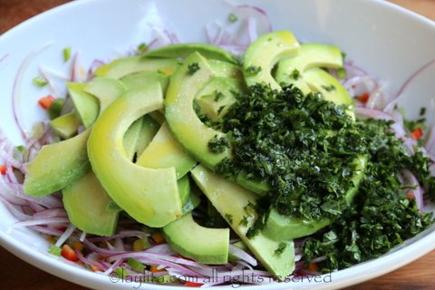 Mezclar con el aguacate, cilantro, jugo de limon, aceite de oliva, y sal al gusto