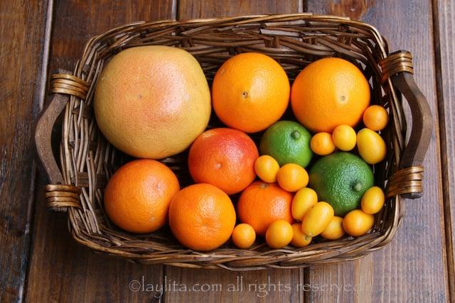 Citrons verts, kumquats, pamplemousse, oranges, oranges amères pour la salsa